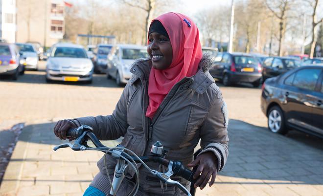 Anab (20) bij het winkelcentrum in de buurt van haar huis. Foto: Romi Tweebeeke (voor De Correspondent)