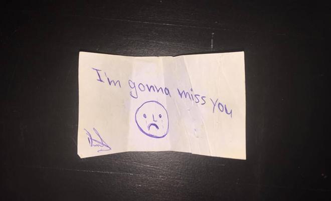"""""""Het is een briefje van zijn vriendin."""""""