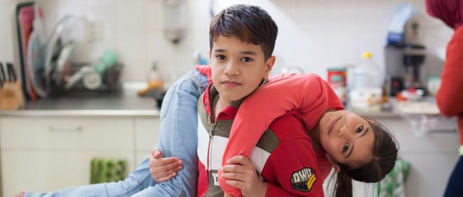 Wesal (9) en Tamim (10) van het Syrische gezin in Glimmen waar Greta Riemersma regelmatig komt. Foto: Tryntsje Nauta (voor De Correspondent)