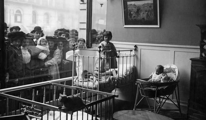In Londen opent de eerste dagopvang met een etalageruit in 1910. Foto: Philipp Kester / Getty Images