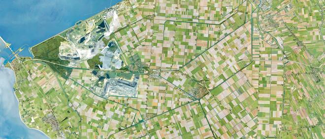 Luchtfoto van de Wieringermeerpolder met de winning van steenkool om 1 miljoen huishoudens van elektriciteit te voorzien. Beeld: Landschap en energie, onder redactie van Dirk Sijmons e.a.
