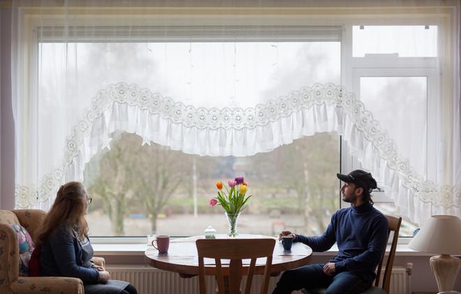 Solmaz Aliyeva (65) en haar zoon Anar Aliyev (29) in hun huis in Stadskanaal. Foto: Tryntsje Nauta (voor De Correspondent)