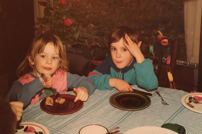 Documentairemaakster Sara Kolster (rechts in beeld) op haar vijfde verjaardag, met naast haar zusje Anna. Foto: uit privéarchief Sara Kolster