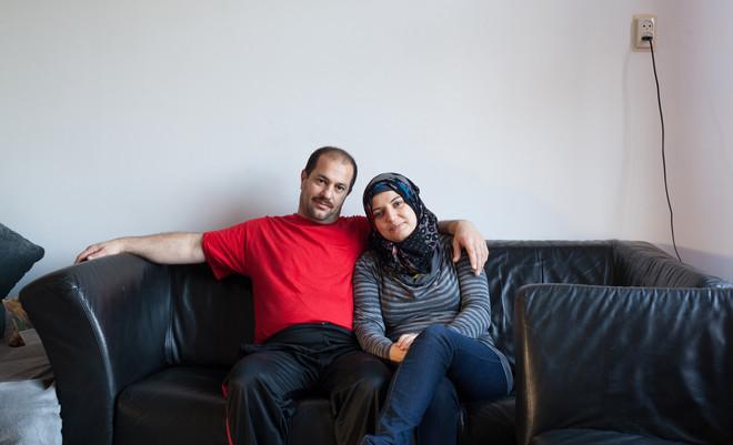 Mahmoud en Huda bij hun thuis op de bank. Foto: Tryntsje Nauta (voor De Correspondent)