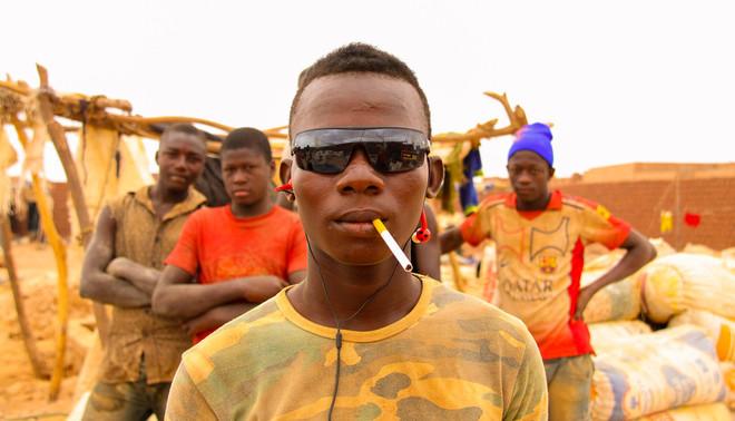 Jongeren in de woestijnstad Arlit in Niger met één bestaansreden en overlevingsmiddel: uranium. Foto: Lucas Destrijcker
