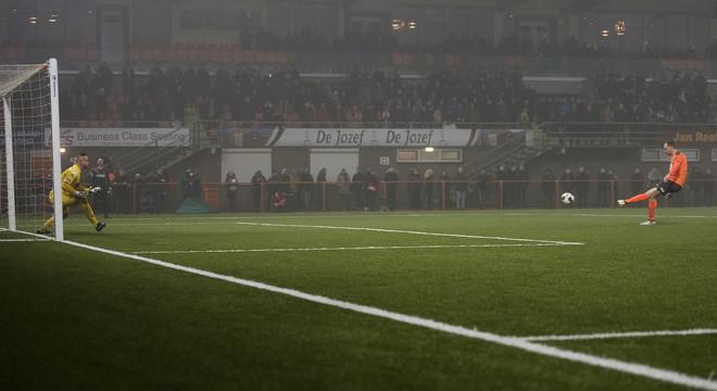 FC Volendam speler Henny Schilder neemt een strafschop in de wedstrijd tegen Sparta op 24 januari 2017. Sparta wint de wedstrijd na strafschoppen. Foto: Jasper Ruhe / ANP Pro Shots