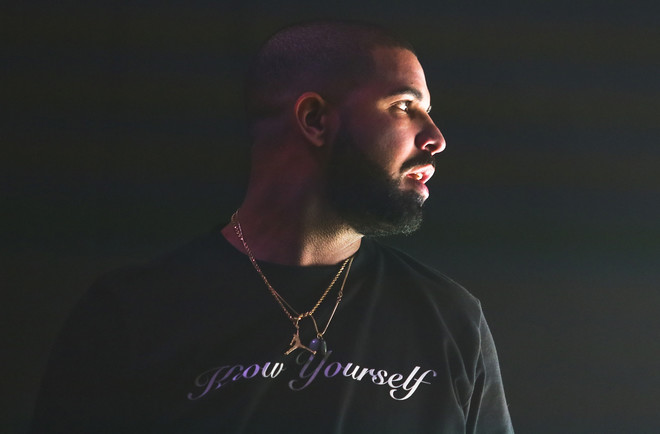 'Ondanks de veelzijdigheid van playlists, zorgt streaming voor minder variatie in de traditionele hitlijsten. Neem 'One Dance,' de monsterhit van rapper Drake. 'Als je puur naar verkoop kijkt, had hij maar drie weken in de top tien kunnen staan. Maar dankzij streams stond hij er vijftien weken in.'' Foto: Jack Plunkett / AP