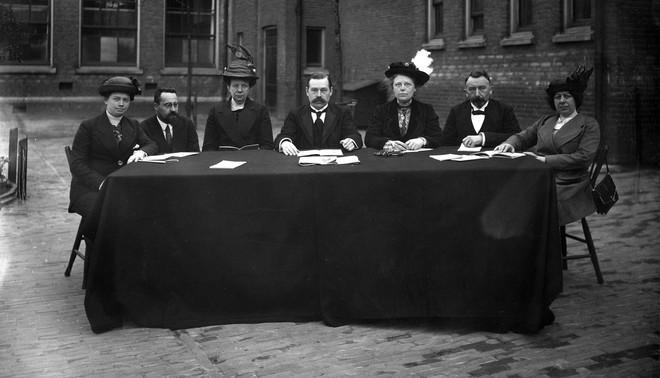 Hoofdbestuur van de vereniging 'Schoonheid in Opvoeding en Onderwijs' in 1914. Foto: Hollandse Hoogte / Spaarnestad Photo