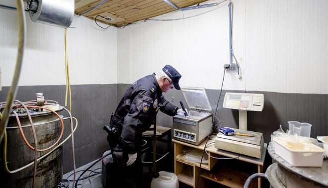 Tijdens een inval van opsporingsdiensten in een drugslaboratorium wordt amfetamine (speed) gevonden. De doorzoeking van het pand is onderdeel van een enorme operatie tegen drugscriminelen. Foto: Robin van Lonkhuijsen / ANP