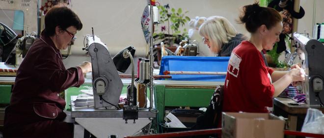 Medewerksters van de schoenenfabriek Floare aan het werk in de Transnistrische stad Bendery. Foto's: Floris Akkerman