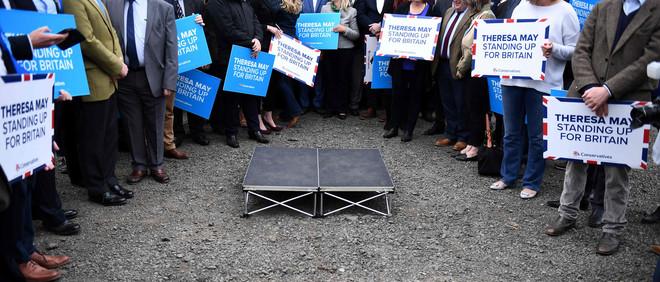 Conservatieven wachten op de komst van Theresa May op een vliegveld in Newcastle op 5 juni 2017. Foto: Justin Tallis / AFP