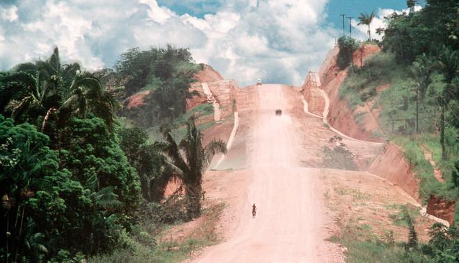 De Trans-Amazonian Highway in Itupiranga, Brazilië. De 4.000 km lange weg, aangelegd in de jaren zeventig, was een van de eerste wegen door het hart van het regenwoud. Het luidde het begin in van decennia aan ontbossing. De recent aangelegde Interoceanic Highway sluit hier op aan. Foto: HH