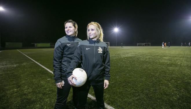 Marlou Peeters (links) in de zomer van 2015, toen nog als trainer van het tweede elftal van Zwaluw VFC uit Vught, samen met assistent Edith Martens (rechts). Foto: Sandra Peerenboom