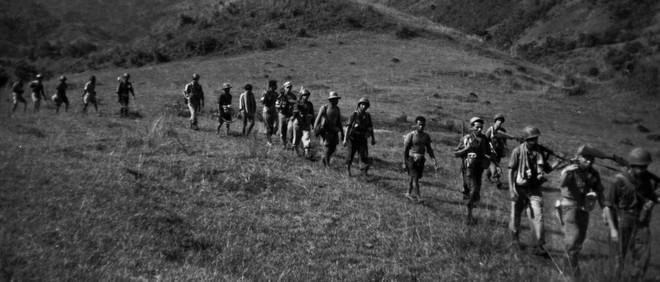 Een patrouille van de 6e Compagnie van Infanterie XV ten westen van Batu-Batu op Sulawesi, waarschijnlijk eind februari 1947. Deze maakt geen deel uit van de in dit verhaal beschreven patrouilles, maar is vergelijkbaar. Foto: Kavelaars (voornaam onbekend)