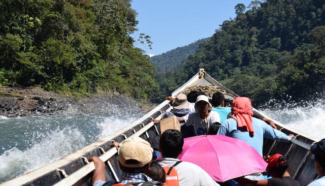 Onderweg over de Urubamba-rivier. Foto: Bart Crezee