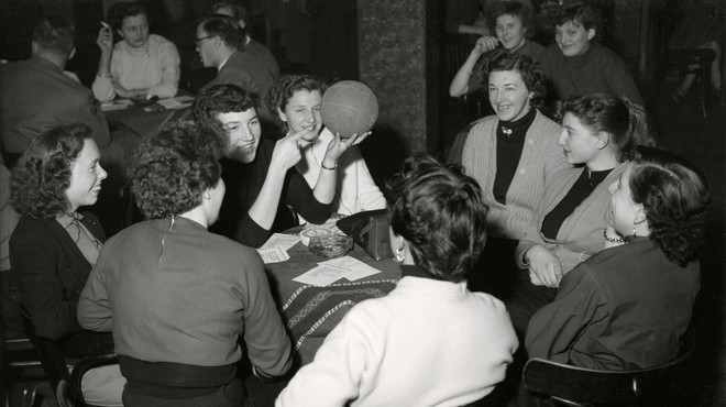 Oprichtingsvergadering van de damesvoetbalclub Herbido in De Bilt. Tijdens deze vergadering krijgen de dames de eerste theorielessen. Nederland, 15 januari 1955. Foto: Spaarnestad / HH