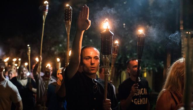 Nationalistische activisten marcheren over de campus van de Universiteit van Virginia. 11 augustus, 2017. Foto: Edu Bayer / HH