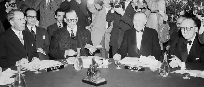 De Franse en Duitse afgevaardigden aan de conferentietafel tijdens de eerste bijeenkomst van de Europese Unie. Foto: Bettmann / Getty