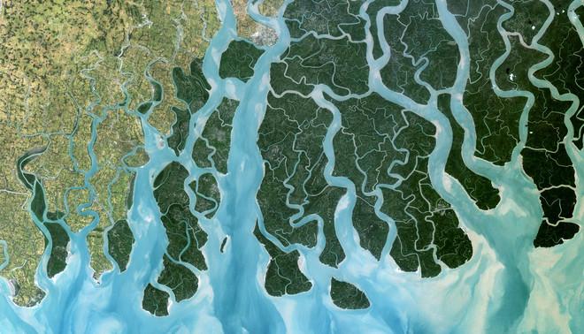 Satellietafbeelding van de Gangesrivier die uitmondt in de delta van de Golf van Bengalen. Dit gebied is zeer gevoelig voor overstromingen als gevolg van de stijging van de zeespiegel, 3 januari 1989. Foto: Observer / Universal Images Group / Getty Images