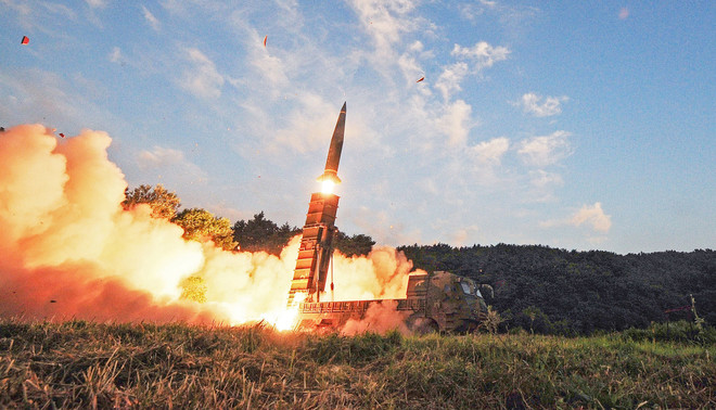 Op 4 september vuurde Zuid-Korea een Hyunmoo-2-raket af vanaf een geheime locatie aan de oostkust van Zuid-Korea. De oefening was een reactie op Noord-Korea, dat naar eigen zeggen een dag eerder een atoombom testte. Foto: EPA / South Korea Defense Ministry