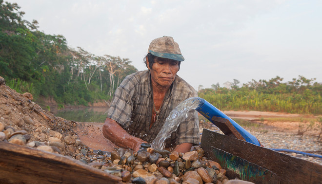 Een goudzoeker aan het werk in de inheemse gemeenschap Puerto Luz. Foto's: Rochi León (voor De Correspondent)