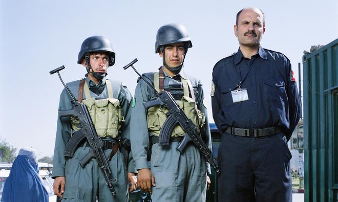 Afghaanse agenten tijdens werktijd. Uit de serie 'Aftermath - Kabul' door Louis Quail