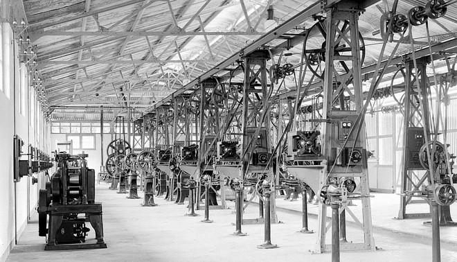 De tubemakerij van de opiumfabriek te Weltevreden, Java, datum onbekend. Foto: Collectie Nationaal Museum van Wereldculturen. Coll.nr. TM-10012268