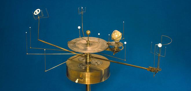 Een planetarium ontworpen door William Pearson (1767-1847) en gemaakt door John Fidler. Dit model laat zien hoe de verschillende planeten om elkaar heen bewegen. Foto: SSPL / Getty Images