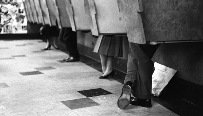 Luisterhokjes. Foto: Bert Hardy Advertising Archive / Getty