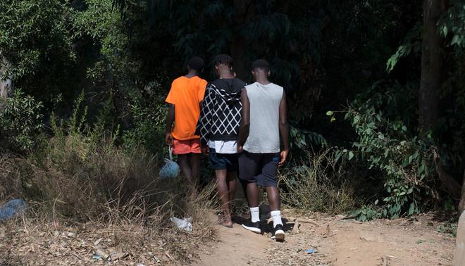 Als gevolg van de recente ontwikkelingen in Libië is er grote toename van Afrikaanse migranten die de oversteek via de Straat van Gibraltar naar Europa proberen te maken. Fotograaf Jurgen Huiskes fotografeerde deze migranten in september 2017 in Tarifa en Ceuta.