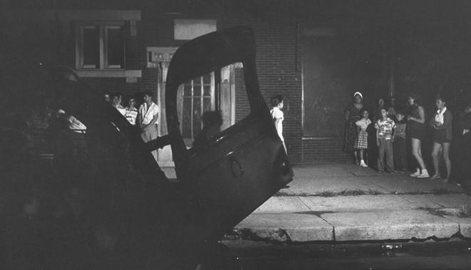 Toen Albert Sabin in 1980 pleitte voor het wereldwijd uitroeien van polio, vond hij veel medestanders in degenen die in de jaren vijftig de polio-epidemie hadden meegemaakt. De angst voor deze kreupelmakende ziekte lag nog vers in hun geheugen. Hier wordt het zoveelste slachtoffer afgevoerd naar het ziekenhuis. Foto: Francis Miller / Getty