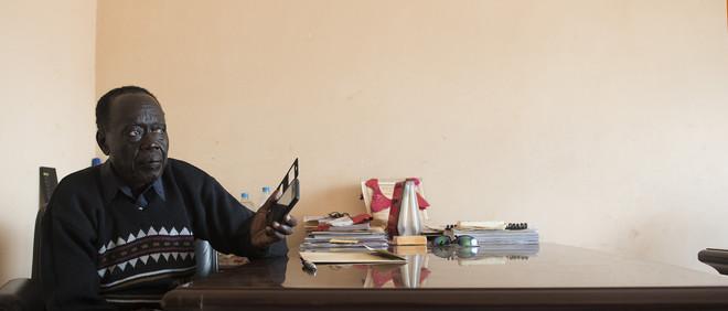 Fotograaf Charles Lomodong zocht op verzoek van De Correspondent Zuid-Soedanese radioluisteraars op. Dit is Ustaz John Sebit Andareea. Hij luistert graag naar het nieuws van verschillende radiostations, om op de hoogte te blijven van alles wat er gebeurt.