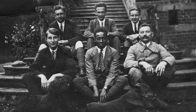 Anton de Kom met vrienden uit zijn diensttijd in 1922. Foto: Familiearchief