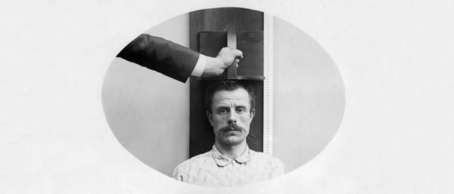 De foto's uit dit stuk illustreren de methode van de bertillonnage, een systeem om mensen te identificeren op basis van 'antropometrische signalementen.' Foto: Ullstein bild Dtl / Getty