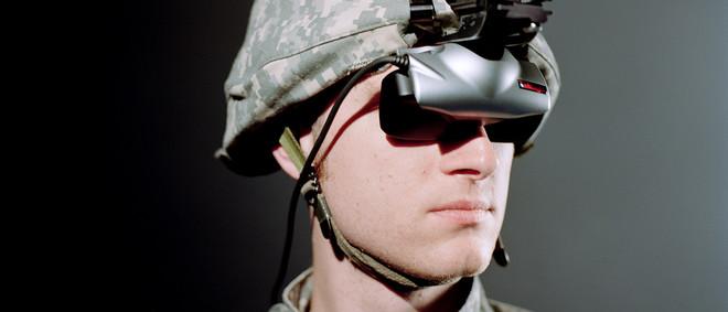 'Virtual Iraq' is een virtualrealitysysteem dat wordt gebruikt door het Amerikaanse leger als onderdeel van therapie bij post-traumatische stressstoornissen. Militairen met ptss worden daarbij blootgesteld aan situaties die met hun trauma te maken hebben. Uit de serie 'Virtual Iraq' door Lisa Barnard.