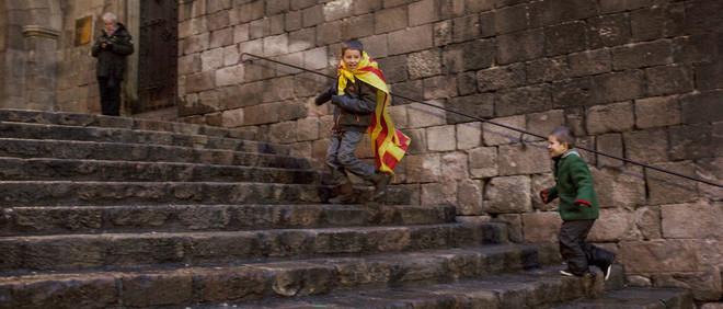 Een jongetje met een Catalaanse vlag tijdens een demonstratie tegen de opsluiting van Catalaanse politici en activisten die voor een onafhankelijk Catalonië streden. Foto: Myriam Meloni (voor De Correspondent)