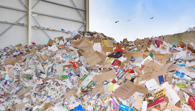 Samen met  Johnas van Lammeren bezocht fotograaf Sas Schilten recyclebedrijf Heemsbergen in Diemen. Daar wordt het papierafval van de gemeente Amsterdam verzameld en verwerkt.  De invoering van de ja/ja-sticker, een initiatief van de Partij voor de Dieren, scheelt Amsterdam jaarlijks 34 kilo oud papier per huishouden.