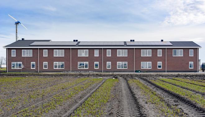 Fotograaf Sas Schilten ging voor De Correspondent op bezoek bij broccoliteler René Verdonk en bloemkoolteler Manus Laan in Noord-Holland.  De laatste bouwde bovenstaande tijdelijke woningen voor zijn seizoenarbeiders.