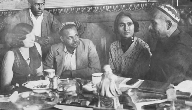 Otto Huiswoud (tweede van links) en Langston Hughes (staand) in gesprek met met mensen in de Sovjet Unie in 1932. Foto: Yale University