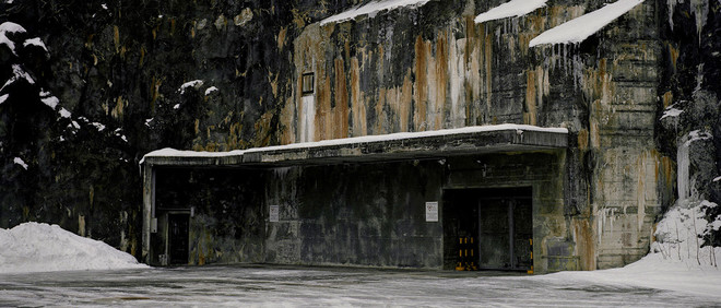 """De voordeur van Mount10, beter bekend als """"The Swiss Fort Knox"""". Een voormalige legerbunker die in 1993 is omgebouwd tot datacentrum. Multinationals, kleine bedrijven, banken en individuen slaan hun data hier op. Uit de serie 'Deposit' door Yann Mingard."""