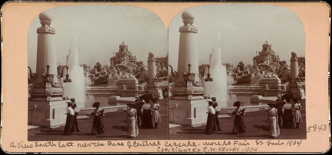 De beelden bij dit stuk werden verkocht aan toeristen, als een soort ansichtkaarten. Met behulp van een speciale bril ontstaat er de illusie van diepte. Deze stereoscopische techniek is de voorloper van wat we nu het 3D-effect noemen. De centrale fontein in St. Louis ten tijde van de Wereldtentoonstelling in 1904. Foto: E. W. Kelley