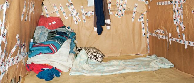 Duinkerke (2010), uit de serie Shelter van Henk Wildschut. Op de foto's in dit stuk zie je de interieurs van zelfgebouwde tenten van migranten.