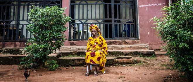 Philomena Esohe Jombo voor haar huis in Benin City. Philomena's dochter woont in Europa en stuurt regelmatig geld op. Foto: Etinosa Osayimwen (voor De Correspondent)