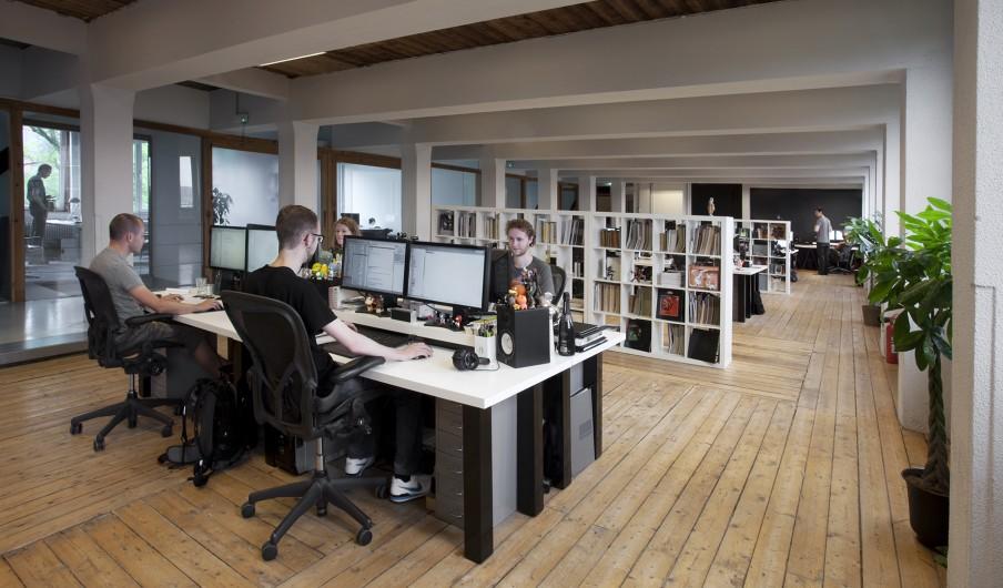 De studio van onze partner; creatief bureau Momkai, waar de programmeurs en ontwerpers decorrespondent.nl continu verbeteren. Foto: Jeroen de Bakker