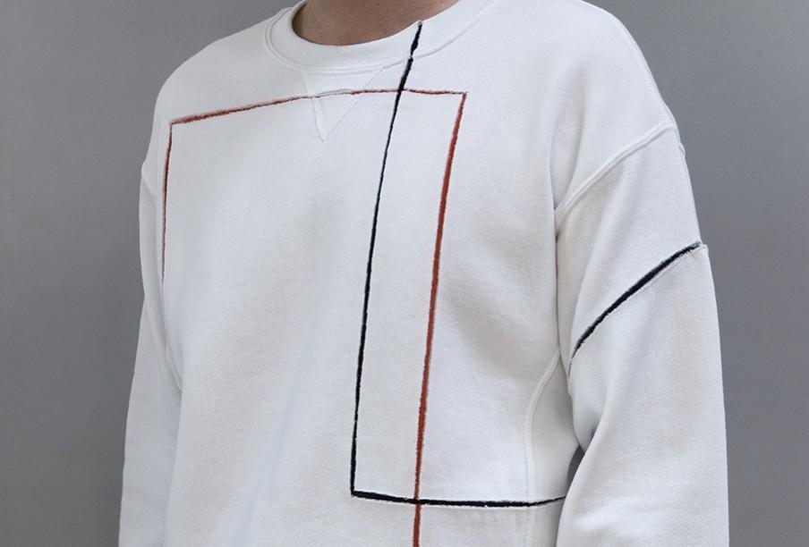"""Een geknipte en geplakte crew neck sweater uit de 11""""X17"""" collectie. De trui is samengesteld uit sweaters van Russell Athletic, G-Star RAW en Rockwell by Parra. Beeld: Elisa van Joolen"""