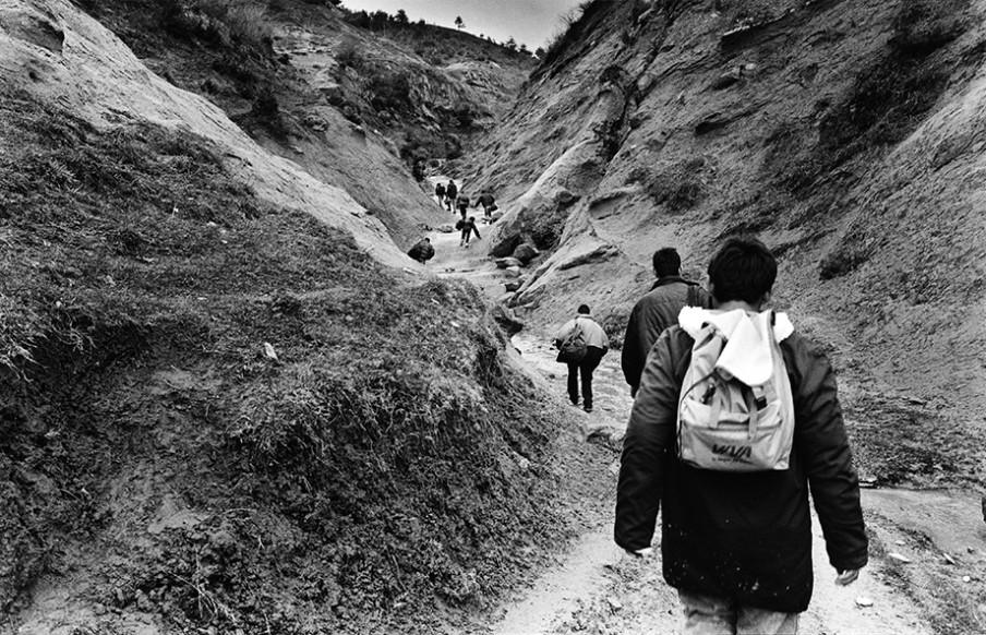 Albanezen steken nabij Poncara illegaal de Albanees-Griekse grens over. Foto: Ad van Denderen/Hollandse Hoogte