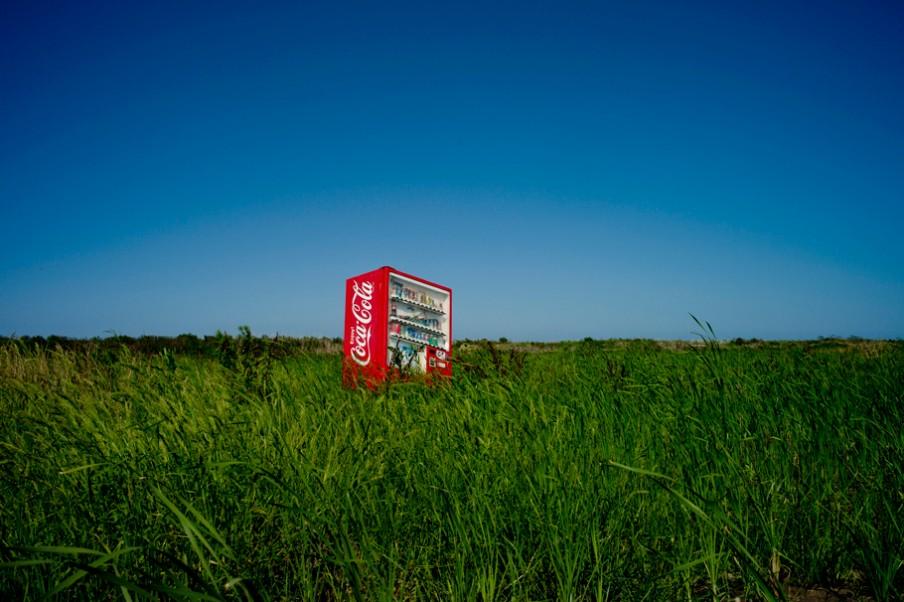 Een frisdrankautomaat dat door de tsunami twee jaar geleden hier is gestrand in het besmette gebied, is nog altijd niet opgeruimd. Foto: Tomás Munita/Hollandse Hoogte