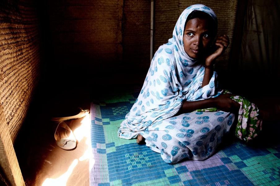 Een Toeareg vrouw in haar tent. Zo'n 47% van de vluchtelingen in M'Bera is Toeareg. Foto: Andreas Stahl