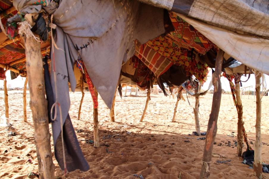 Een verlaten tent in het vluchtelingenkamp M'Bera in Mauritanië. Foto: Andreas Stahl (voor De Correspondent)