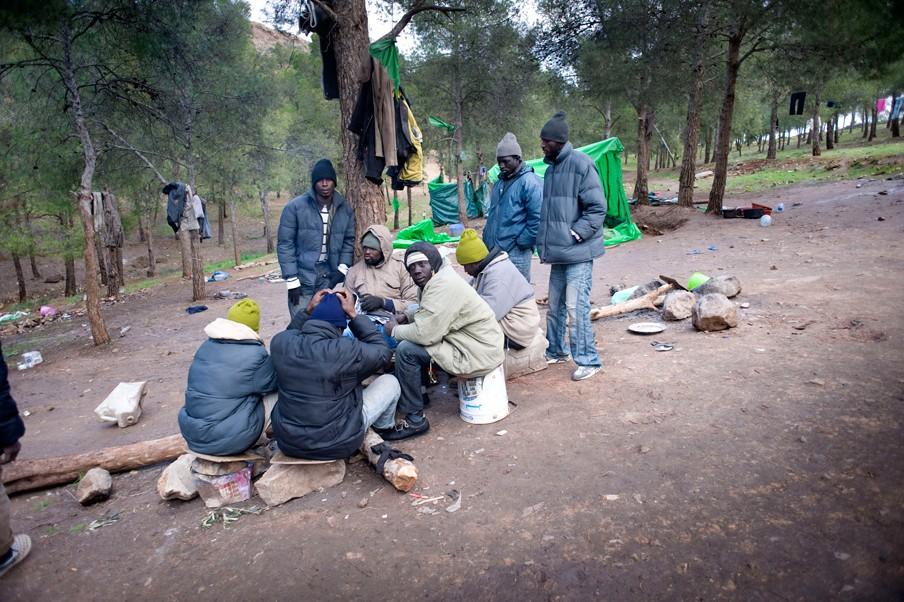 Gambianen in het bos bij Oujda, wachtend op een nieuwe kans om de oversteek naar de Spaanse enclave Melilla te maken die ongeveer 150 kilometer verderop ligt. Foto: Piet den Blanken/Hollandse Hoogte